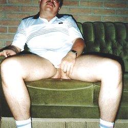 Tueffi mit nackten Beinen und dicker Beule